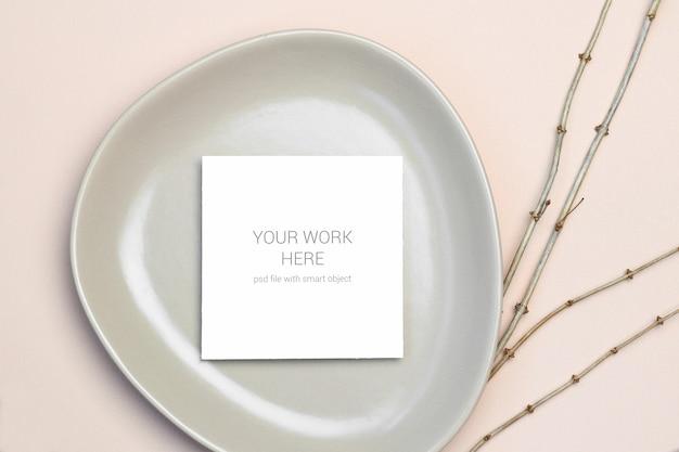 Mockup greeting card on plate Premium Psd