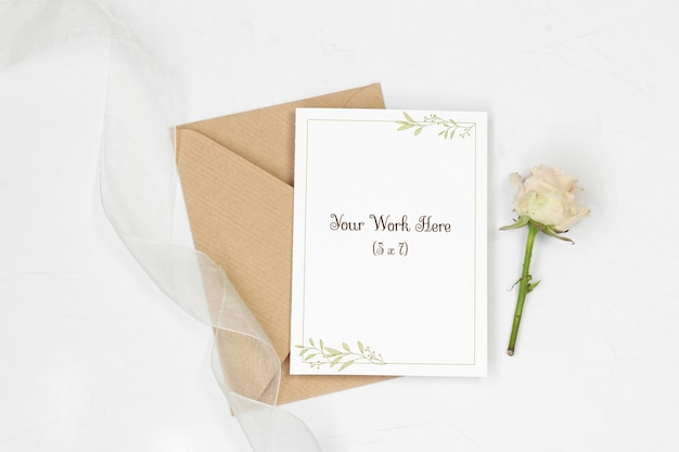 Mockup invitation card with envelope, rose and ribbon Premium Psd