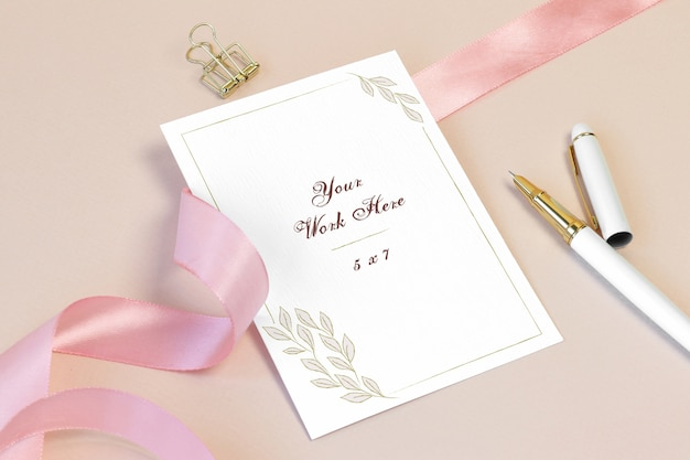 Mockup invitation card with pink ribbon and pen Premium Psd