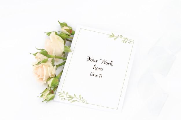 Mockup invitation card with roses and ribbon Premium Psd