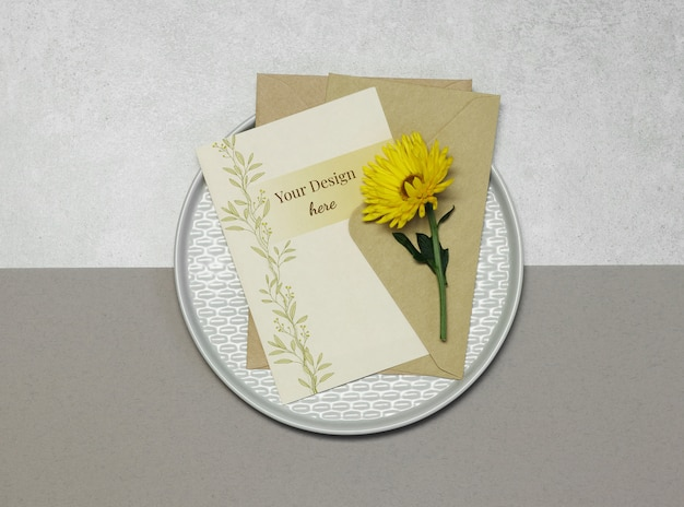 Mockup invitation card with yellow flower on grey beige background Premium Psd