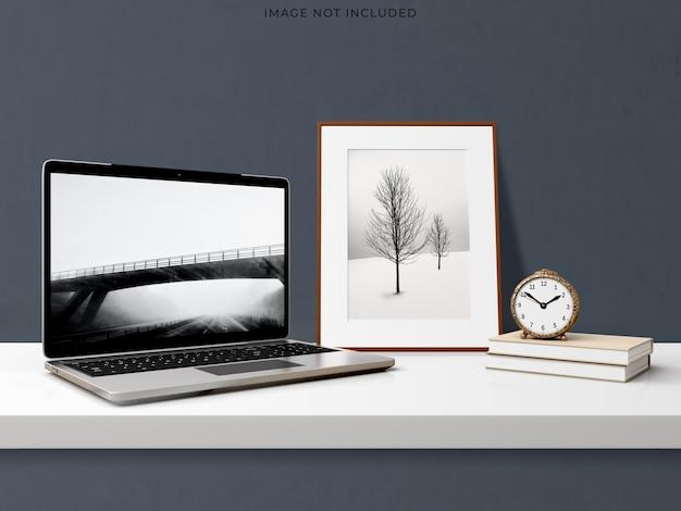 Макет ноутбука, стоящего на современном интерьере гостиной. Бесплатные Psd