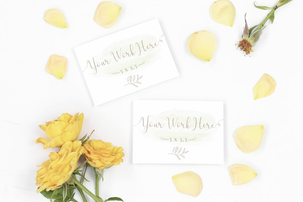Mockup number and thank you card with rose petals Premium Psd
