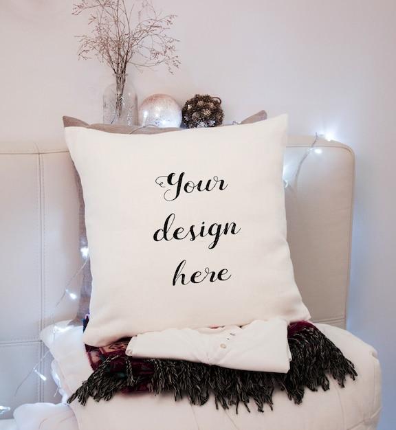 Макет белой подушки в спальне на рождество Premium Psd