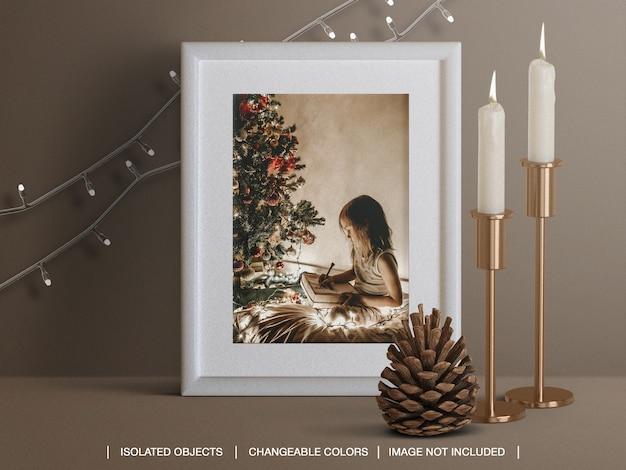 촛불 콘과 크리스마스 조명 장식으로 크리스마스 카드 프레임의 모형 프리미엄 PSD 파일