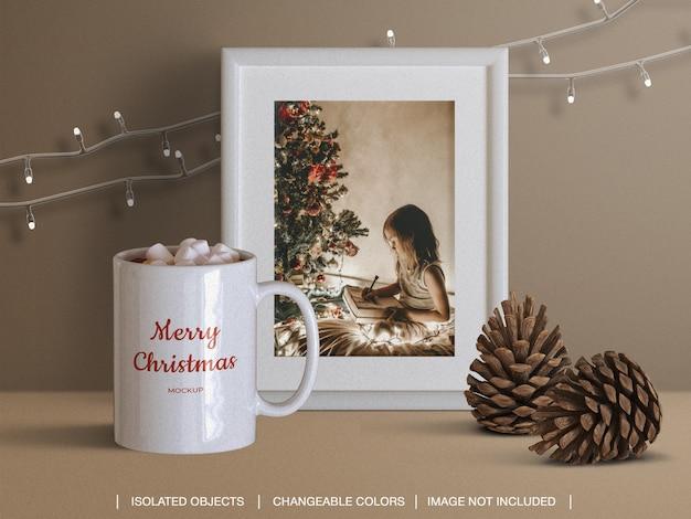 콘과 크리스마스 불빛과 함께 휴일 인사말 사진 카드 프레임과 머그잔의 모형 프리미엄 PSD 파일