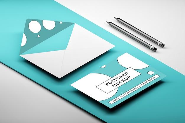 青のメッセージカードで開かれた封筒の等尺性配置のモックアップ Premium Psd