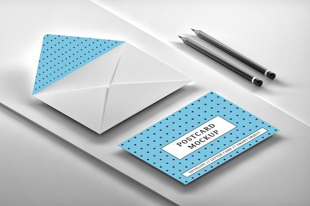 メッセージカードと白い開かれた封筒の等尺性配置のモックアップ Premium Psd