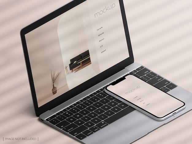 아이소 메트릭 절연 맥북 노트북 및 스마트 폰 장치 화면의 모형 프리미엄 PSD 파일