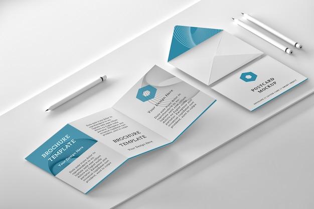 3つ折りリーフレット、開いた封筒、メッセージカード、鉛筆で等尺性レイアウトのモックアップ Premium Psd