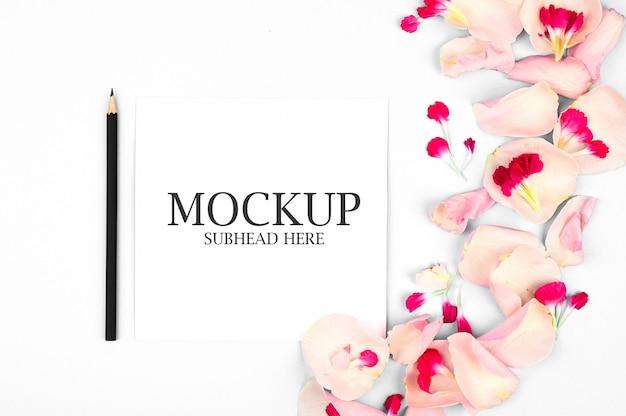 白いノートと美しい花びらのモックアップ Premium Psd