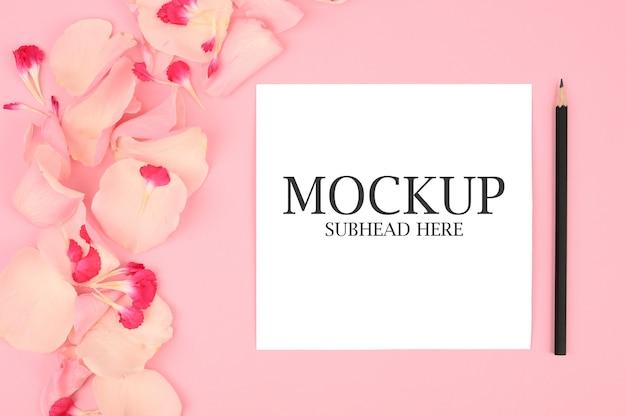 鉛筆とピンクの花と白いノートのモックアップ Premium Psd