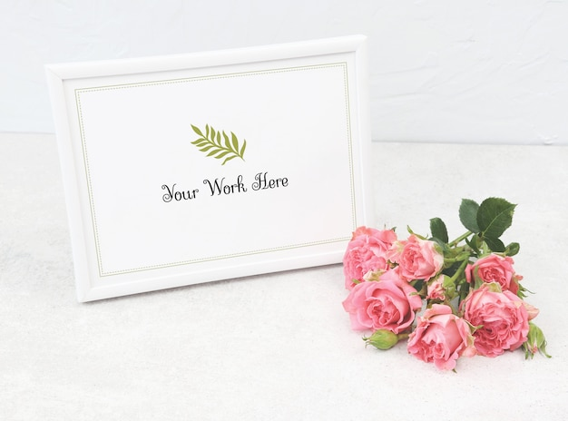 Mockup photo frame with pink roses Premium Psd