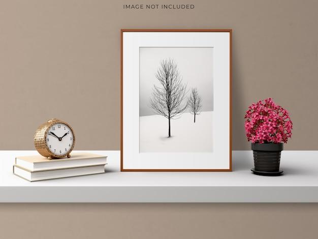 リビングルームのモダンなインテリアに立っている空の木製フレームのモックアップポスターフレーム。 無料 Psd
