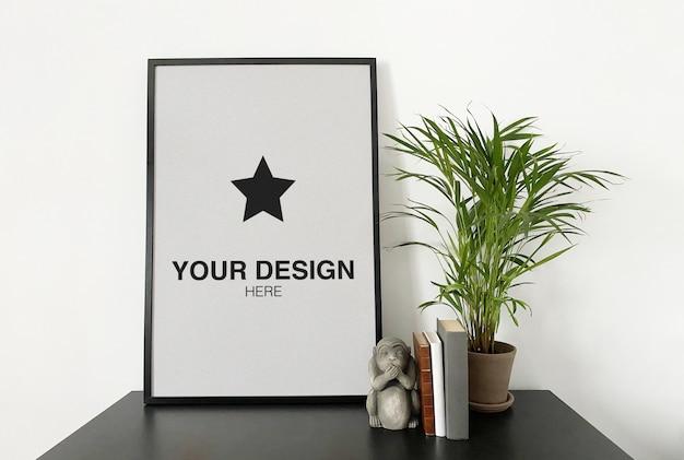 식물 및도 서와 함께 검은 테이블에 이랑 포스터 프리미엄 PSD 파일