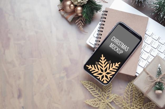 Смартфон макета на столе домашнего офиса на рождество и новогодний фон Premium Psd