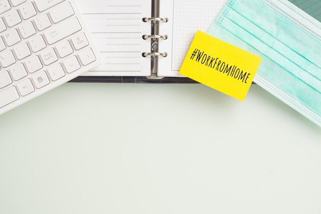 Mockup sticky note on home office desk table during conronavirus pandemic. Premium Psd