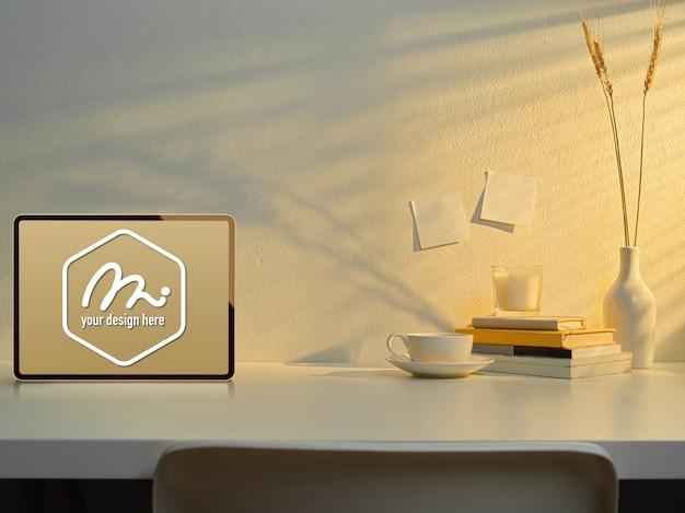 装飾が施された作業台のモックアップタブレット Premium Psd