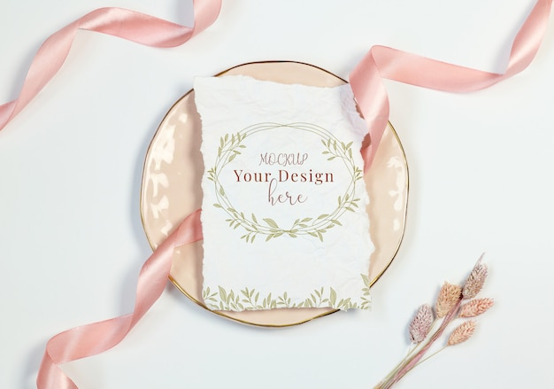 Mockup vintage invitation card on white background with pink ribbon and cottonweed Premium Psd