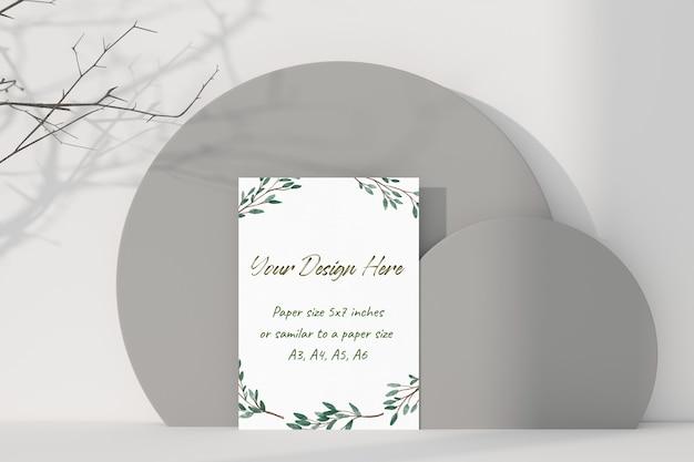 테이블에 서있는 모형 흰색 인사말 카드 프리미엄 PSD 파일