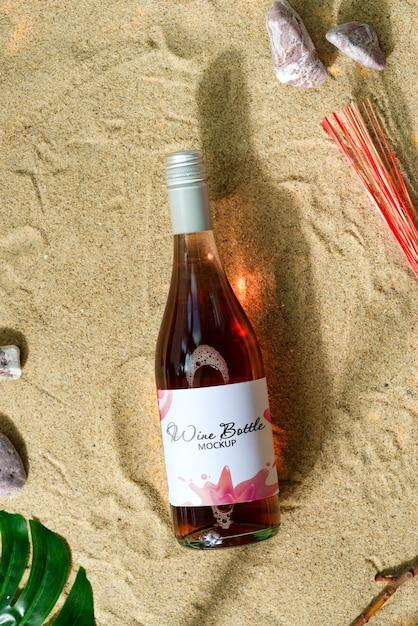 ビーチでモックアップワインのボトル。 Premium Psd