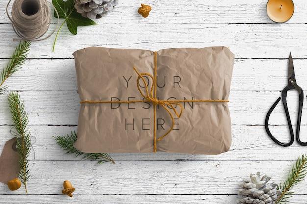 Мокап зимней природы с коричневой посылкой и подарками Premium Psd