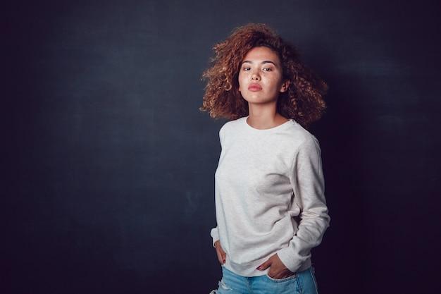 빈 셔츠 이랑 템플릿 모델 여자 프리미엄 PSD 파일