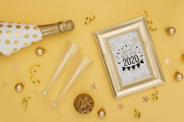 Nuovo anno 2020 con bottiglia d'oro di champagne e bicchieri Psd Gratuite