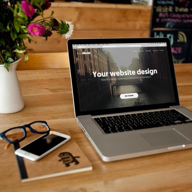 ノートパソコンのモックアップデザイン 無料 Psd