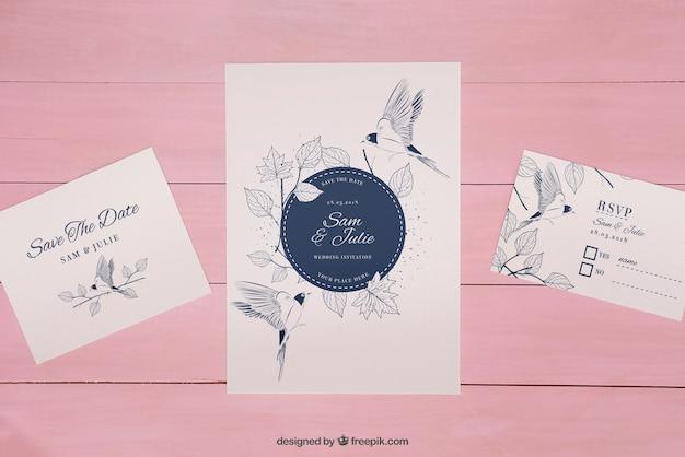 木製のピンクの背景に結婚式の招待状のモックアップ 無料 Psd