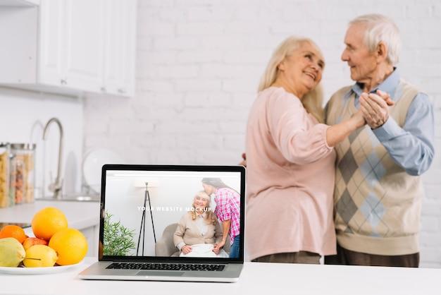ノートパソコンのモックアップの背後にある祖父母 無料 Psd