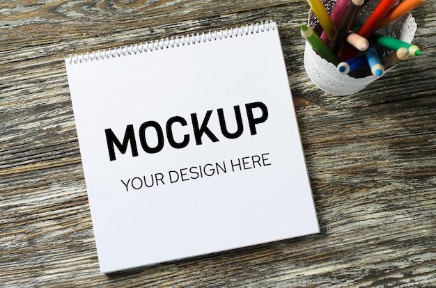 カラフルな鉛筆のセットを持つノートブックモックアップ Premium Psd