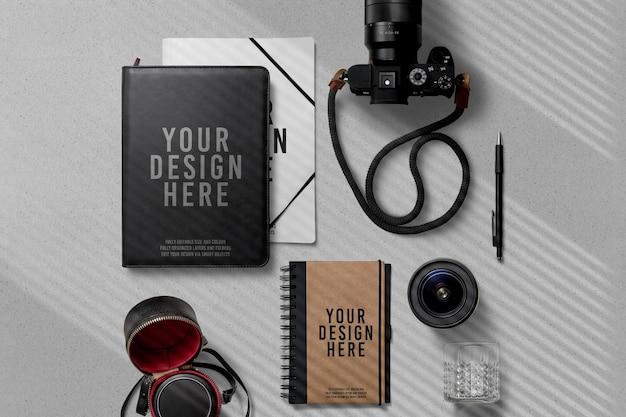 카메라 장식 모형이 포함 된 노트북 포트폴리오 프리미엄 PSD 파일