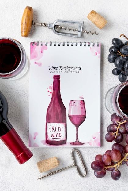 Блокнот с бутылкой вина на столе Бесплатные Psd