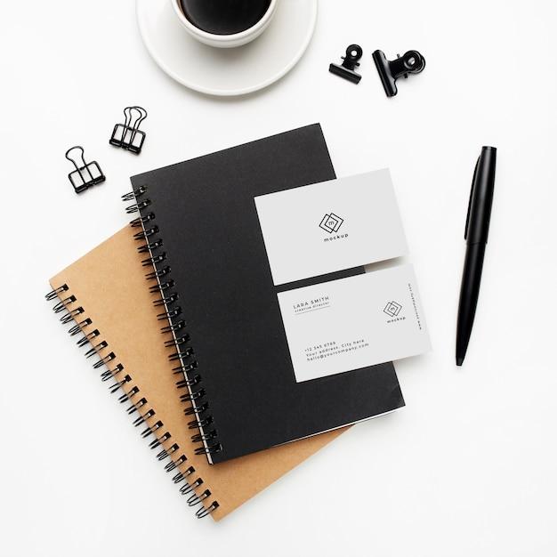 Notebook e mockup di biglietti da visita con elementi in bianco e nero su sfondo bianco Psd Gratuite