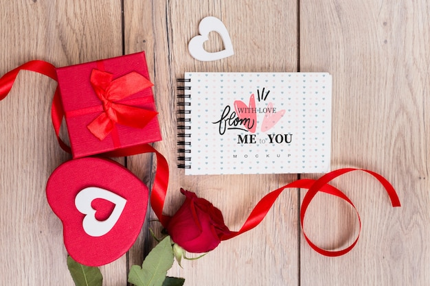 Notepad mockup next to gift boxes for valentine Free Psd