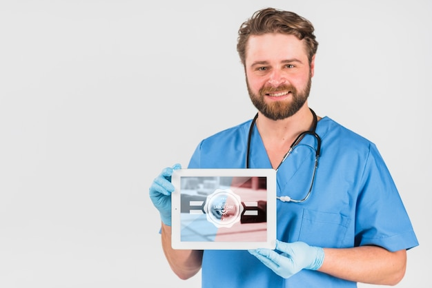 Nurse holding tablet mockup for labor day Free Psd