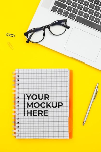 モックアップとオフィスデスクのコンセプト 無料 Psd