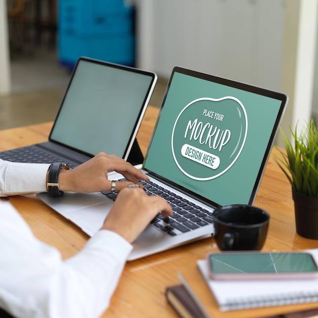 ノートパソコンのモックアップ、タブレット、消耗品を使用してオフィスワーカー Premium Psd