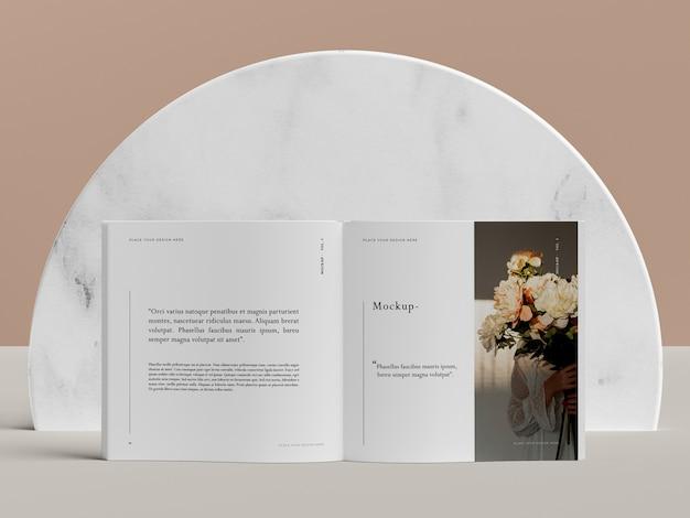 花の編集雑誌のモックアップを備えたオープンブック 無料 Psd