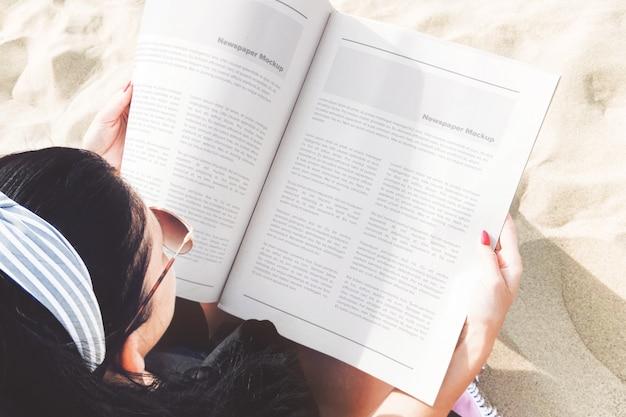여자의 손에 열린 신문 해변 장면 모형 프리미엄 PSD 파일