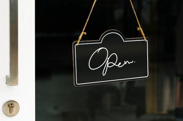 Aprire, mockup di segno di porta in legno Psd Gratuite
