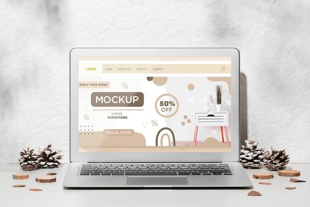 Mockup di laptop aperto sul tavolo circondato da decorazioni autunnali Psd Gratuite