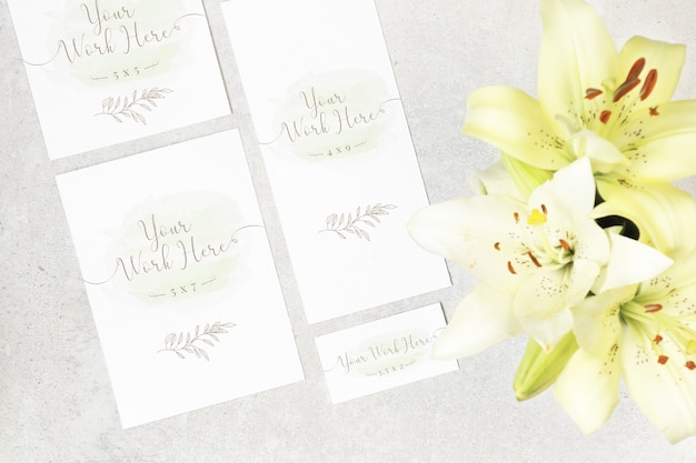 Package of wedding cards with flowers on grey background Premium Psd