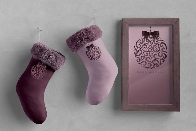 Paio di calzini accanto a vernice con tema natalizio Psd Gratuite