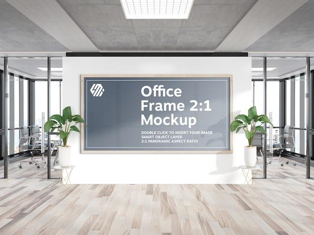사무실 벽 모형에 매달려 Panormaic 나무 프레임 프리미엄 PSD 파일