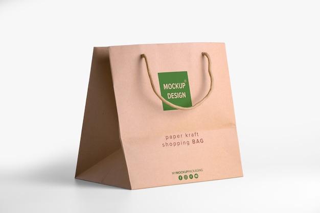 商品の茶色の紙袋モックアップ。ロゴのある企業の包装テンプレート。 psdの4分の3が編集可能なクラフトパッケージを表示 Premium Psd