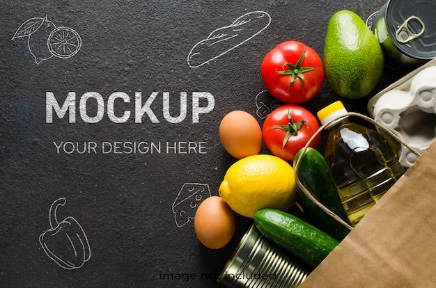 暗いコンクリートの背景にさまざまな食料品の紙袋。食品配達のコンセプトです。食料の寄付。 Premium Psd