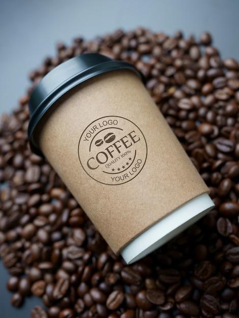 コーヒー豆の紙のコーヒーカップのモックアップ Premium Psd
