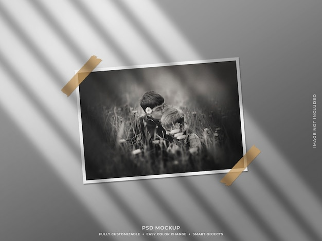 벽에 그림자가있는 종이 사진 프레임 모형 프리미엄 PSD 파일